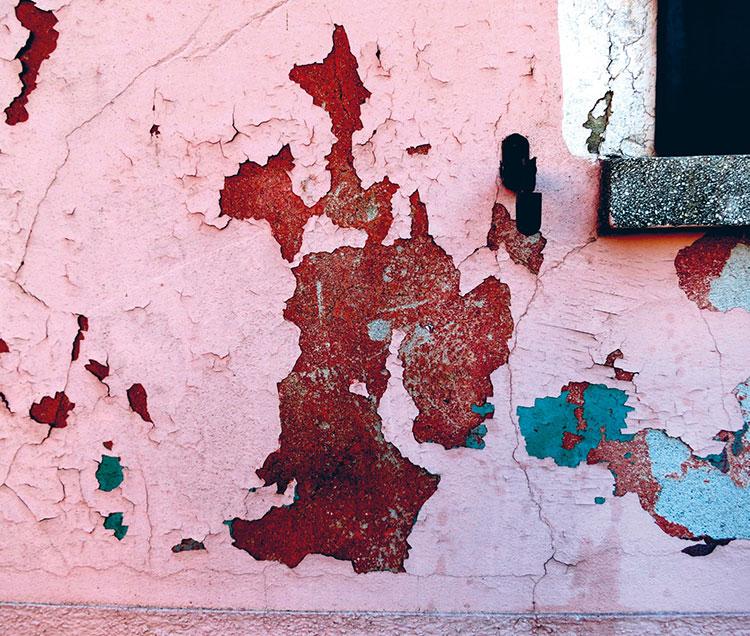 Farbige Häuserwände auf Burano - abblätternder Putz in Rost- und Rosetönen