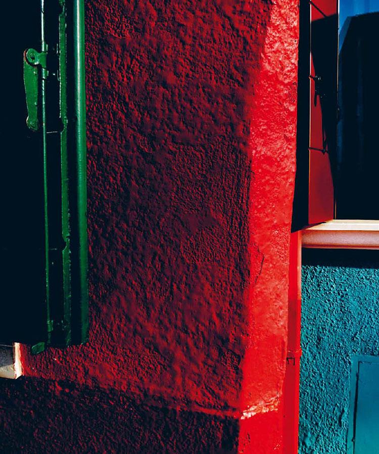 Farbige Häuserwände auf Burano - rot, grün und türkis