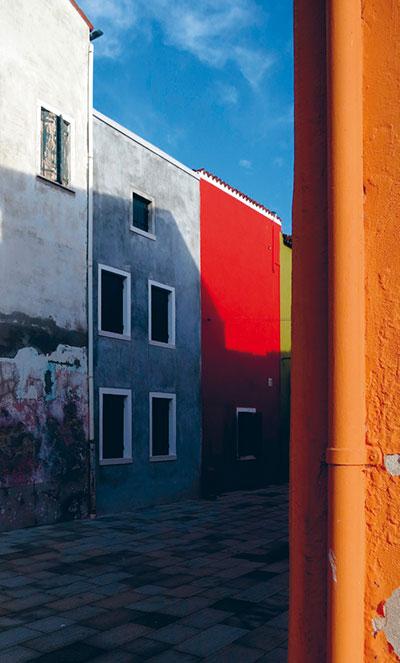 Farbige Häuserwände auf Burano - grau und rot